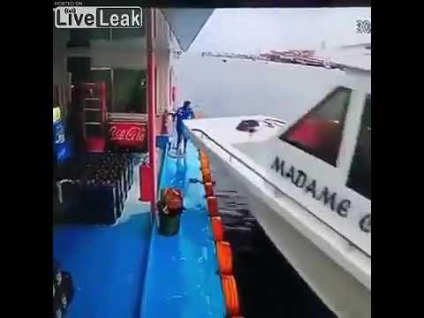 危機一髪で突っ込んでくる船をかわす