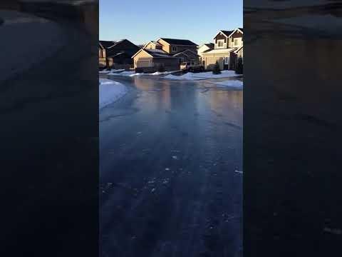 家の前の道路がスケートリンクに