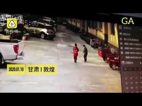 中国の悪ガキ、マンホールの中に爆竹を入れ後悔する