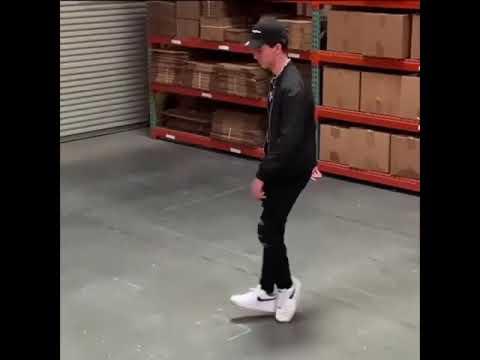 ツルツルの床で踊っているようにしか見えないダンス