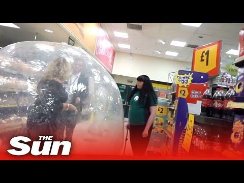 最強のコロナ対策で買い物に行く女性
