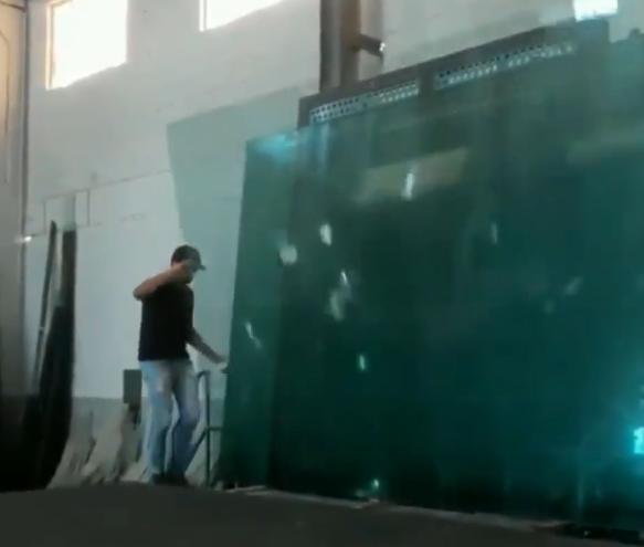 立てかけられた大型ガラスが~~~~