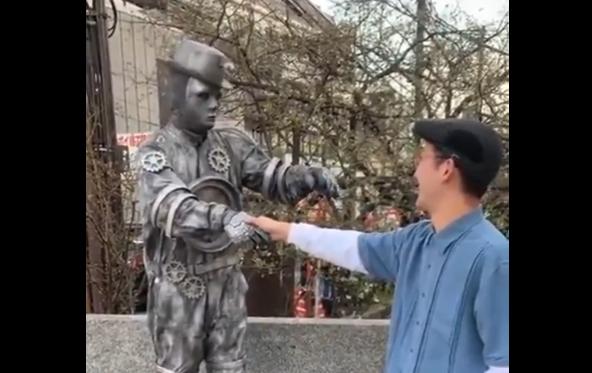 彫像パフォーマーと観客のコラボ