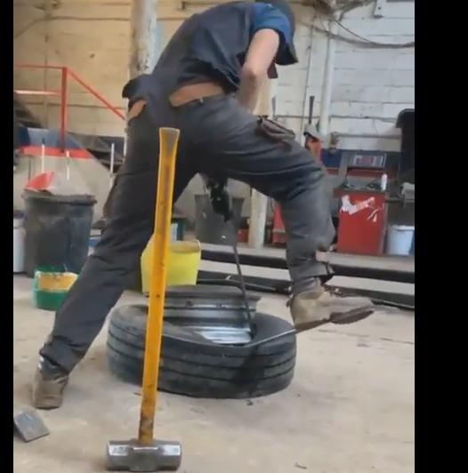 【想像してごらん】タイヤを外す男、痛い目に遭う