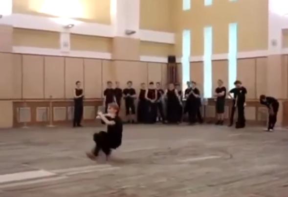 コサックダンスにすべてのパラメータを振った男性の技