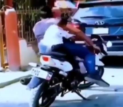 スタイリッシュに子供をバイクの後ろから下ろす方法