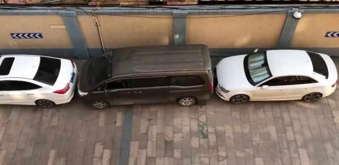嫌がらせとしか思えない縦列駐車からの脱出