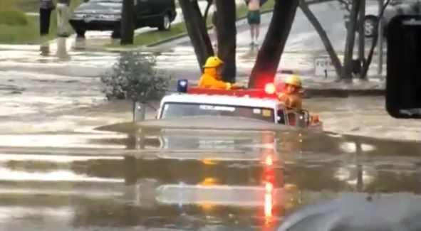 消防車、躊躇せず洪水にツッコむ